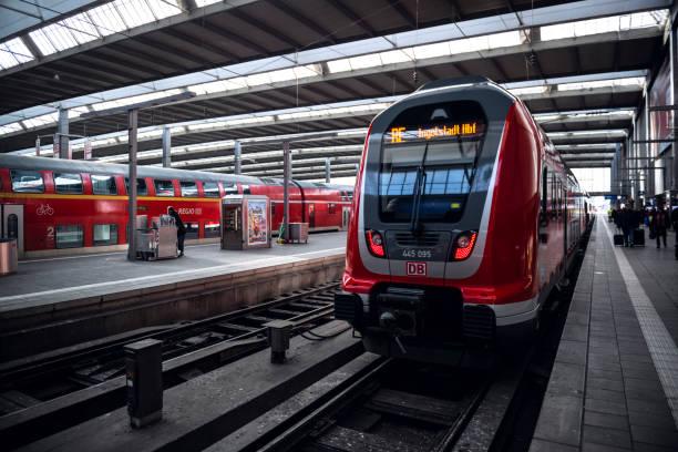 tyska regionala passagerartåg i münchen - munich train station bildbanksfoton och bilder