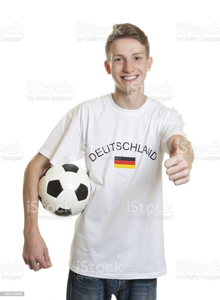 Alemão fã de futebol, com bola mostrando polegares para cima - foto de acervo