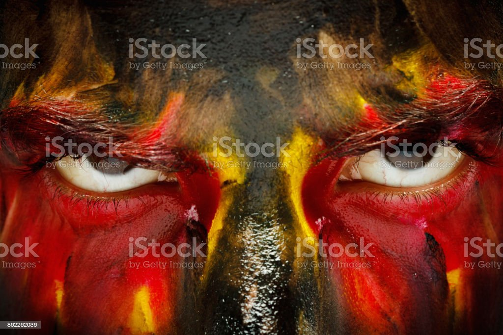 Patriote de fan de sport allemand. Drapeau du pays peints sur le visage de l'homme en colère. Yeux de diable bouchent - Photo