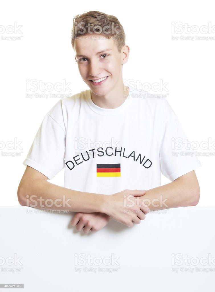 Alemão fã do esporte em pé em uma placa - foto de acervo