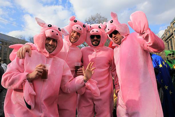 deutsche street karneval kostüme weiche schweinsleder - bier kostüm stock-fotos und bilder