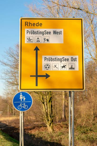 Deutsch-Straßenschild mit Wegweiser – Foto