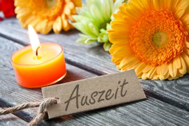 Deutsches Auszeit Etikett und Dekoration mit Kerze – Foto
