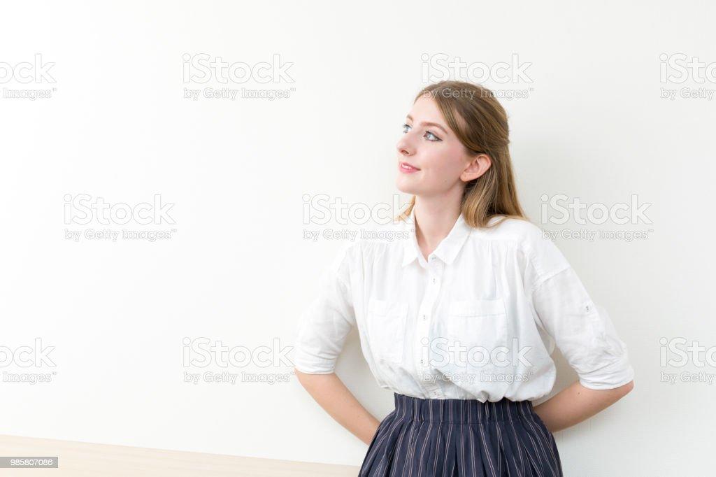遠くで見つめているドイツ人女性 ストックフォト