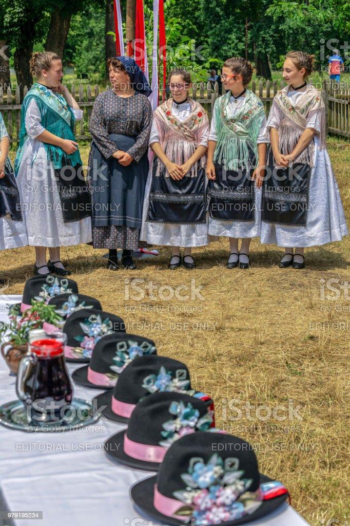 Groupes ethniques de femmes allemandes de Banat, en costumes traditionnels, attendent les hommes - Photo