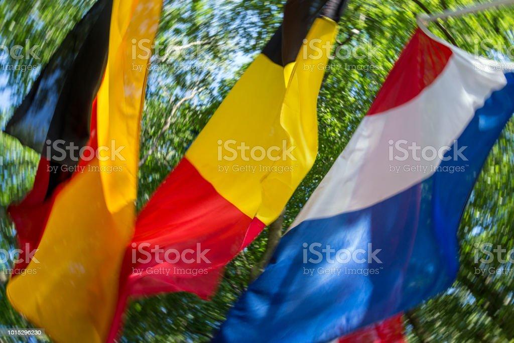 Frontière allemande-hollando-belge à la région des trois frontières à Aachen en Allemagne avec agitant des drapeaux - Photo
