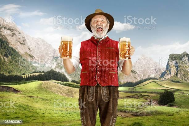 Duitsland Beieren Opperbeieren Man Met Bier Gekleed In Traditionele Oostenrijkse Of Beierse Kostuum Stockfoto en meer beelden van Actieve ouderen