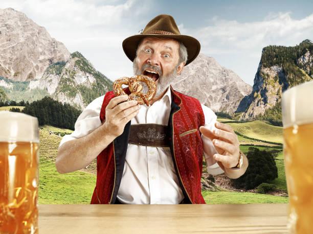 deutschland, bayern, oberbayern, mann mit bier in österreichischen oder bayrischen tracht gekleidet - bier kostüm stock-fotos und bilder