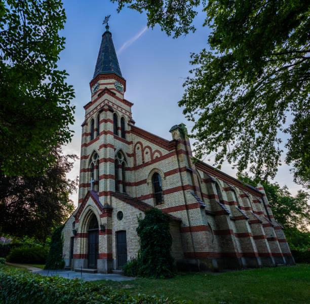 tyskland, vackra gamla tegelkyrka byggnad som heter peter och paul church i leinfelden echterdingen - paul simon bildbanksfoton och bilder