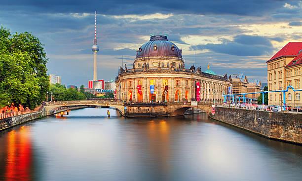 deutschland, berlin, in der dämmerung - brücke museum berlin stock-fotos und bilder