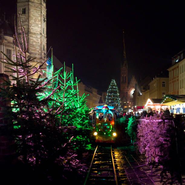 deutschland: bunte kindereisenbahn auf einem weihnachtsmarkt in einer historischen altstadt in ostthüringen - adventgeschichte stock-fotos und bilder