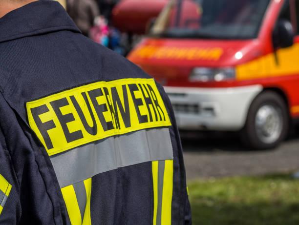 deutschland-feuerwehrmann in aktion - feuerwehrmann deutsch stock-fotos und bilder