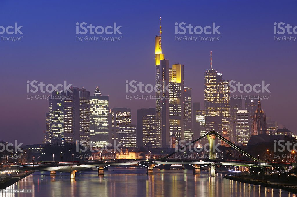 Germany, Hesse, Frankfurt, Skyline with bridge over Main River at dusk foto de stock royalty-free