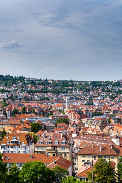 tyskland, hus i stuttgart west city omger church of paul steeple kallas pauluskirchen från ovan på sommaren - paul simon bildbanksfoton och bilder