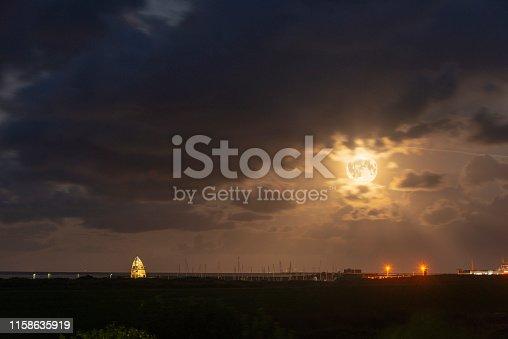 Deutschland, Niedersachsen, Ostfriesland, Juist, Vollmond [M]. Vollmondnacht über dem Hafen.