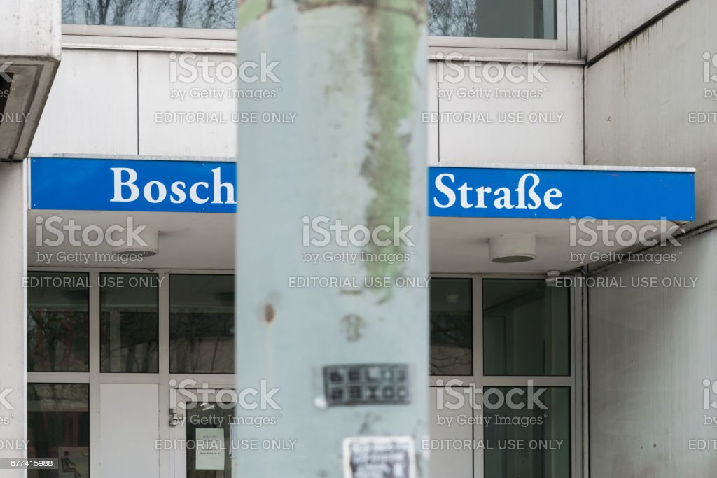 Germany, Munich, March 25, 2017, Entry with the street name Boschetsrieder street and a lantern in the front wich covers some letters, so the street name becomes Bosch street – Foto