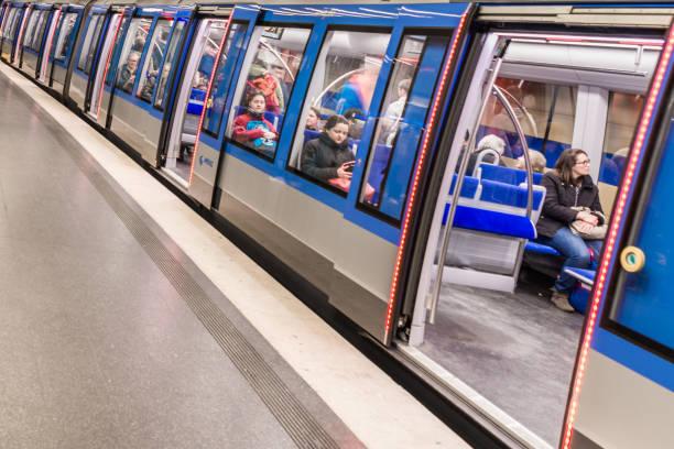tyskland, münchen, 25 mars, 2017, tunnel bana järnväg i münchen med passagerare och öppna dörrar med rött ljus - munich train station bildbanksfoton och bilder