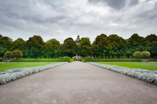 deutschland. park an einem regnerischen tag - münchen weather stock-fotos und bilder