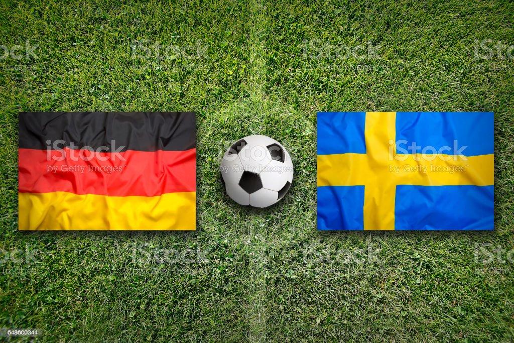 Deutschland vs. Schweden Fahnen auf Fußballplatz – Foto