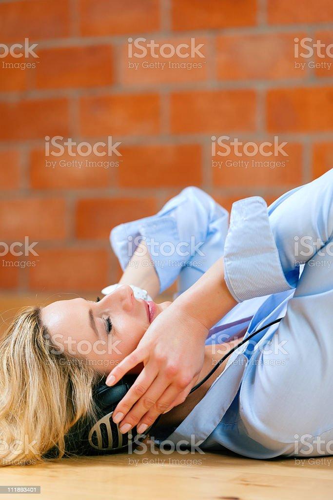 Geschäftsfrau hört Musik oder Sprachkurs zu Hause royalty-free stock photo