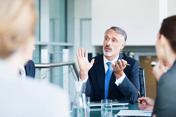 身ぶりビジネスマンのリーディングミーティング、コンファレンスルーム ストックフォト