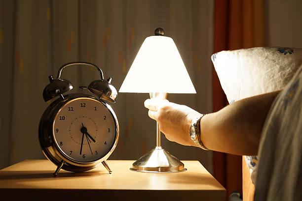 sortir du lit au milieu de la nuit - lampe électrique photos et images de collection