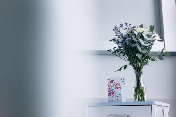 Obtenir bien bientôt carte avec des fleurs dans la salle d'hôpital - Photo