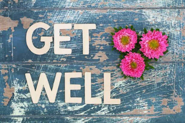Obtenez bien écrite sur une surface en bois rustiques et rose daisies - Photo