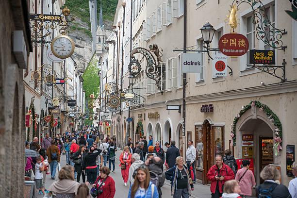 getreidegasse, salzburg, österreich - salzburg stock-fotos und bilder