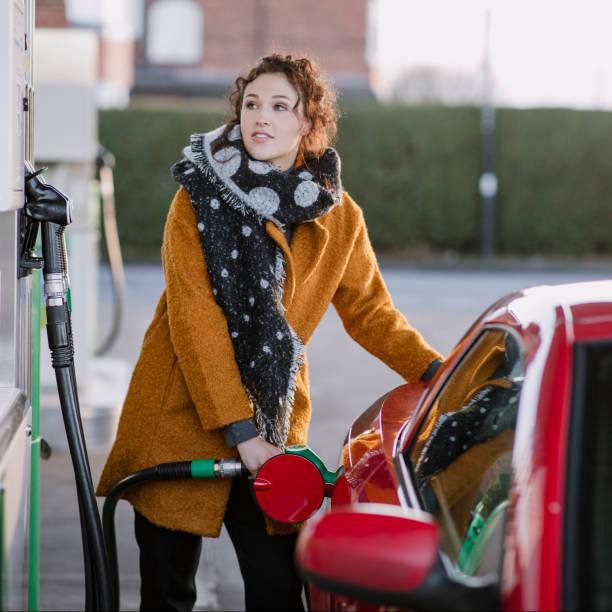 obtener gas antes del trabajo - echar combustible fotografías e imágenes de stock