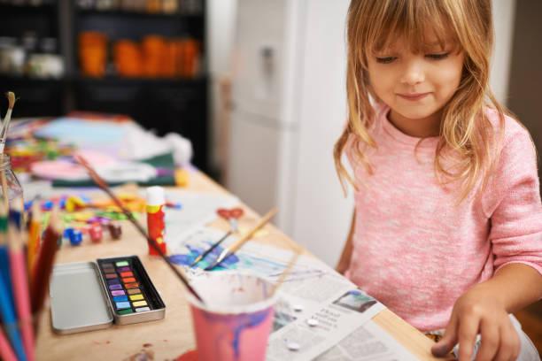 sich auf ihre kreativität - naive malerei stock-fotos und bilder