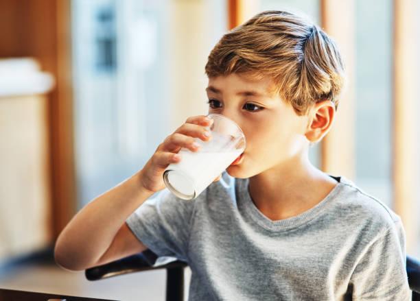 krijgt zijn dagelijkse dosis calcium - calcium stockfoto's en -beelden