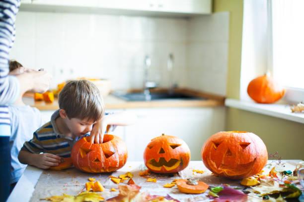 sind sie bereit für halloween - schnitzmesser stock-fotos und bilder