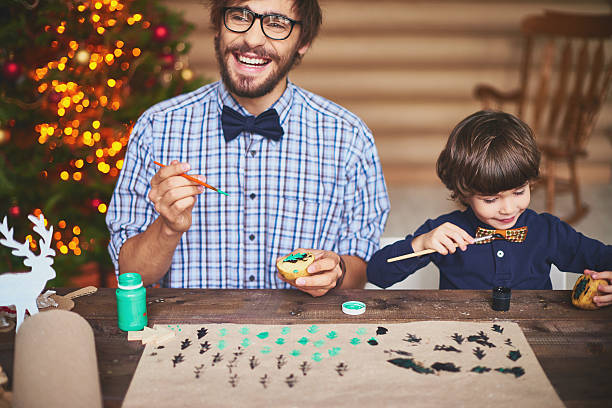 arbeitsvorbereitung für weihnachten - basteln mit kindern weihnachten stock-fotos und bilder