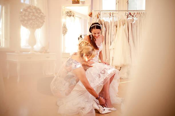 getting ready for your special day - hochzeitskleid über 50 stock-fotos und bilder