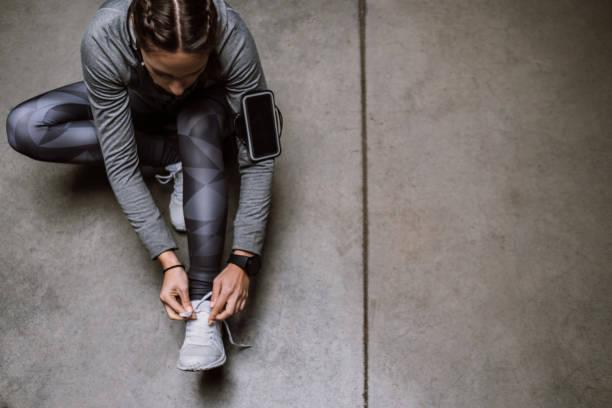 vorbereitung - joggerin stock-fotos und bilder
