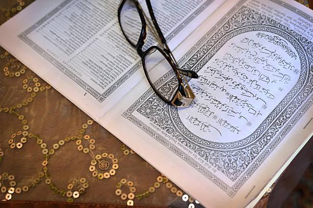 fertig, lesen sie die kur'an-ı kerim - kurdische sprache stock-fotos und bilder