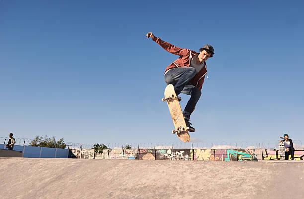 移動空気を - スケートボード ストックフォトと画像