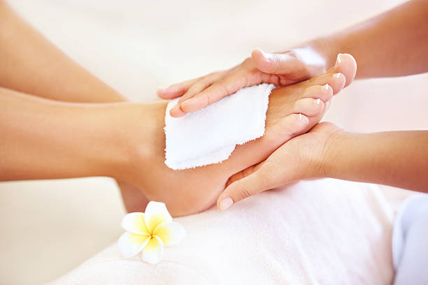 ottenere il trattamento spa - pedicure foto e immagini stock