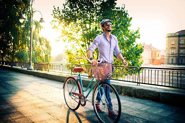 ir para o trabalho de bicicleta hoje - moda profissional informal - fotografias e filmes do acervo