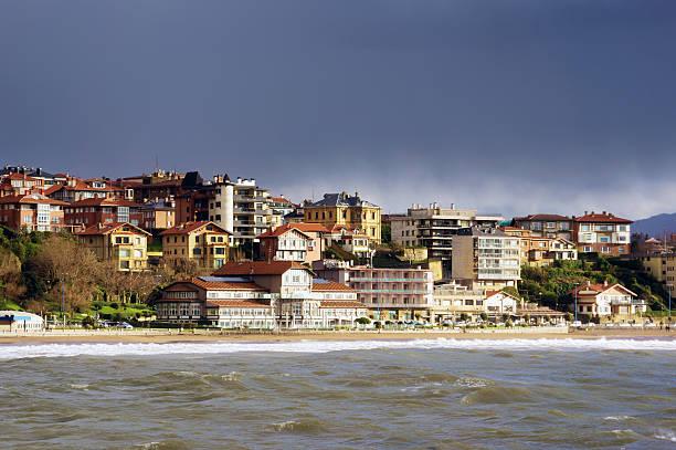 Getxo playa con casas residenciales - foto de stock