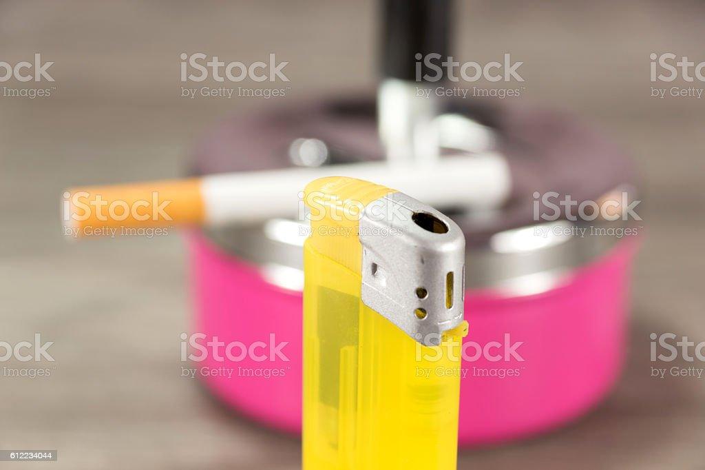 Geuerzeug und eine Zigarette stock photo