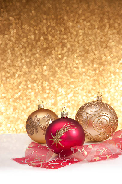 ggolden glitter fundo com bolas de natal - gradients golden ribbons imagens e fotografias de stock