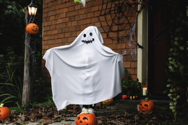 gespenst kostüm für halloween-party - geist kostüm stock-fotos und bilder