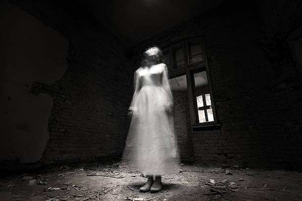 ghost dziewczyna w białej sukience w ruiny house - upiorny zdjęcia i obrazy z banku zdjęć
