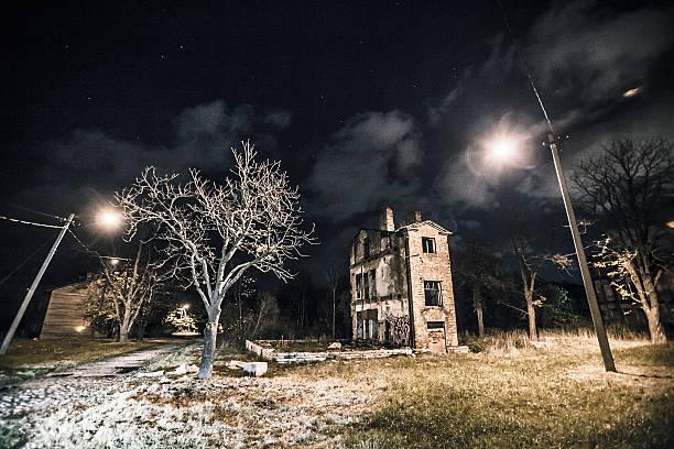 город-призрак ночь. - город призрак стоковые фото и изображения