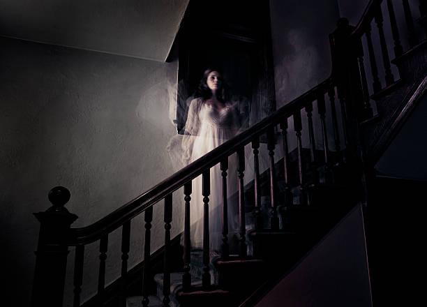 ghost kobieta na swoje podwoje otwierają nawiedzone schody - upiorny zdjęcia i obrazy z banku zdjęć
