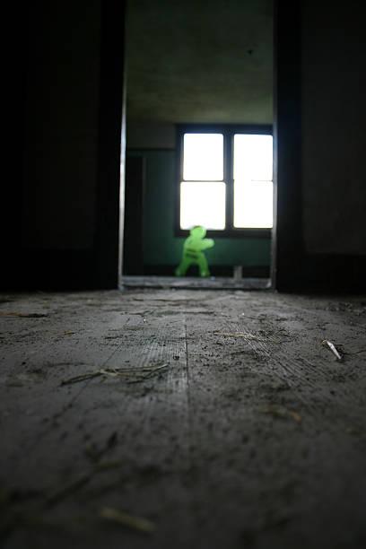 gespenstische abbildung in verlassenen zimmer - jagdthema schlafzimmer stock-fotos und bilder