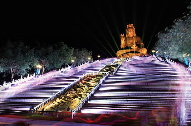 Großer Buddha (Kwan Yin) Skulptur bei Nacht – Foto