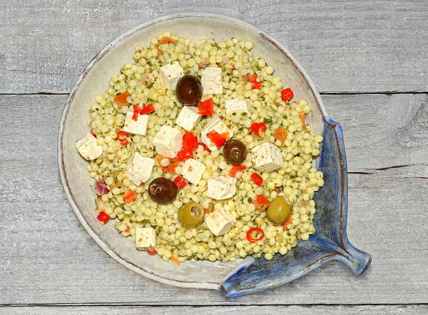 - couscous-salat mit feta - griechischer couscous salat stock-fotos und bilder